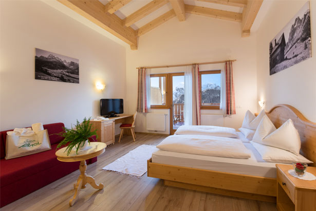 Nice comfort double room with balcony facing south towards the Val Fiscalina with a stunning panoramic view of the Meridianadi of Sexten / Sesto.