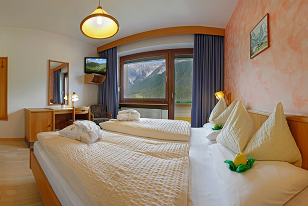 Cosy double room with balcony facing south towards the Fischleintal (Val Fiscalina) with a stunning panoramic view of the Sextner mountains.